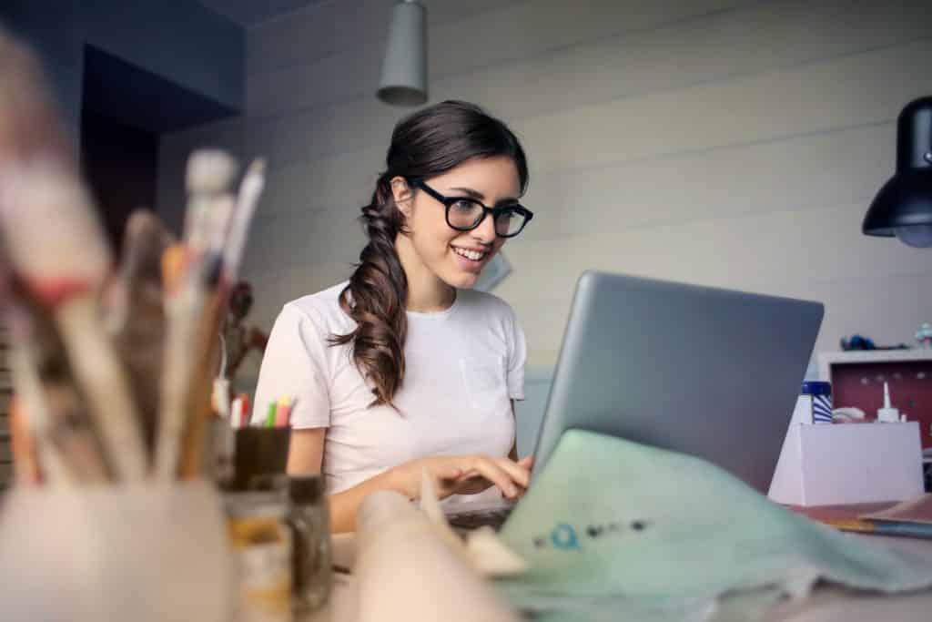 Mulher trabalhando em frente ao laptop