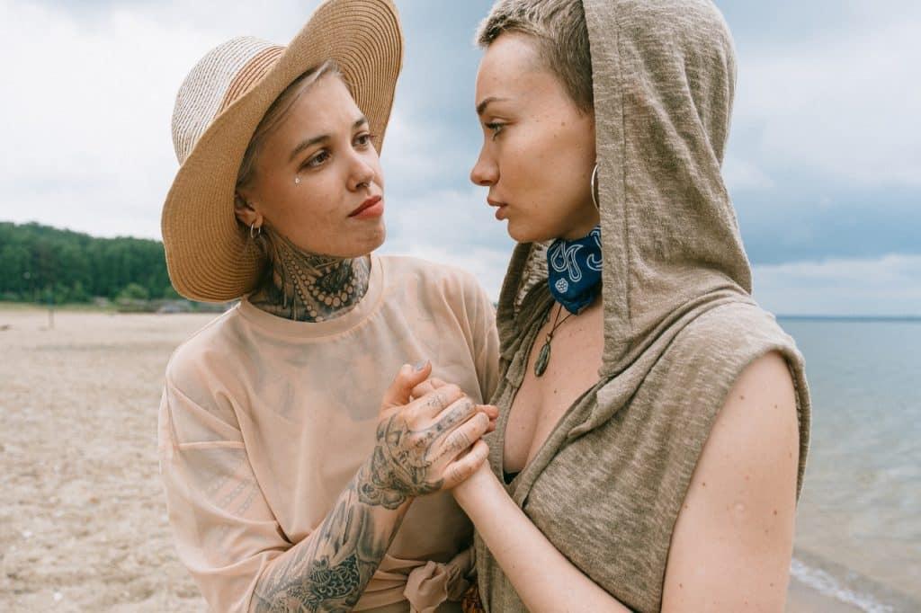 Uma mulher consolando sua amiga
