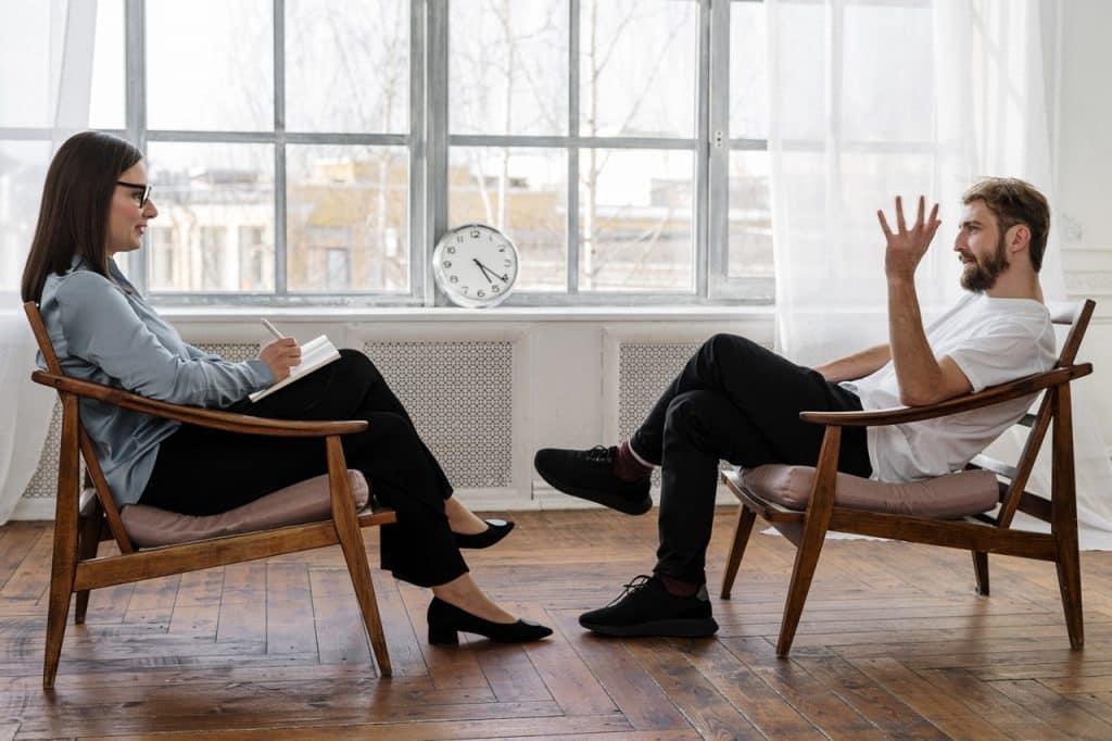 Um paciente conversando com sua terapeuta