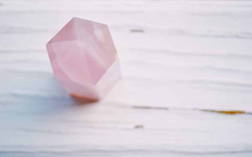 Cristal de quartzo rosa.
