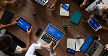 Vista aérea de uma reunião de trabalho