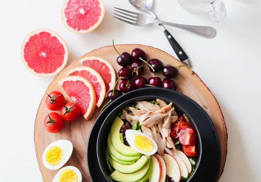 Prato e bandeja com frutas.
