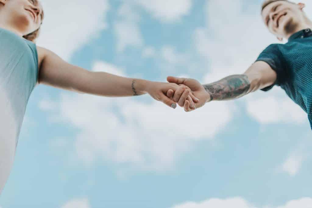 Um casal de mãos dadas