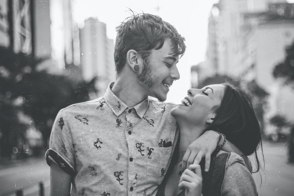 Homem e mulher se olhando e sorrindo