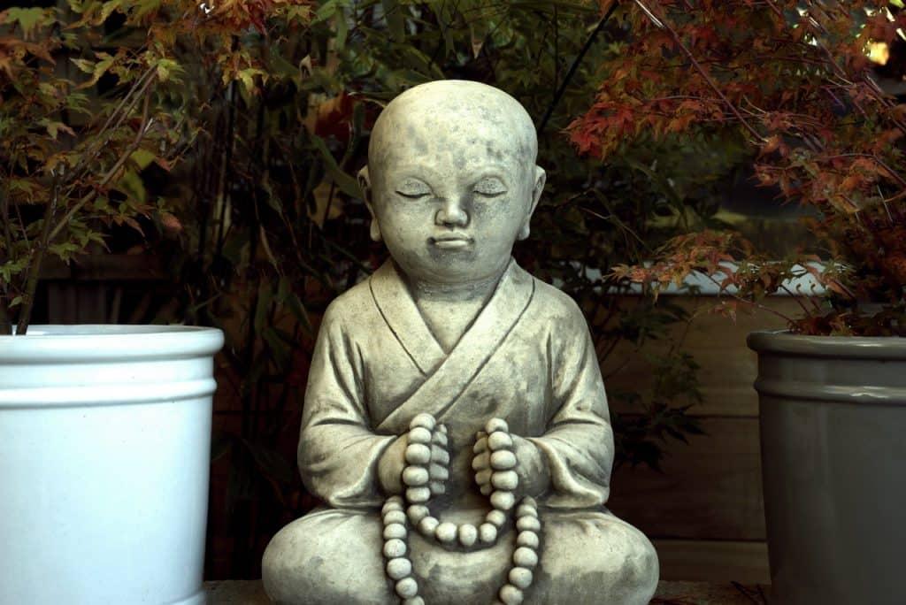 Estátua de monge meditando.