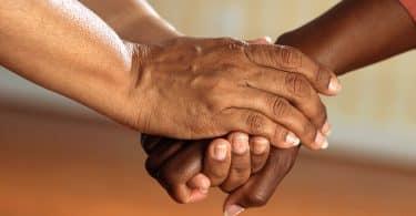 Uma pessoa segurando a mão de outra
