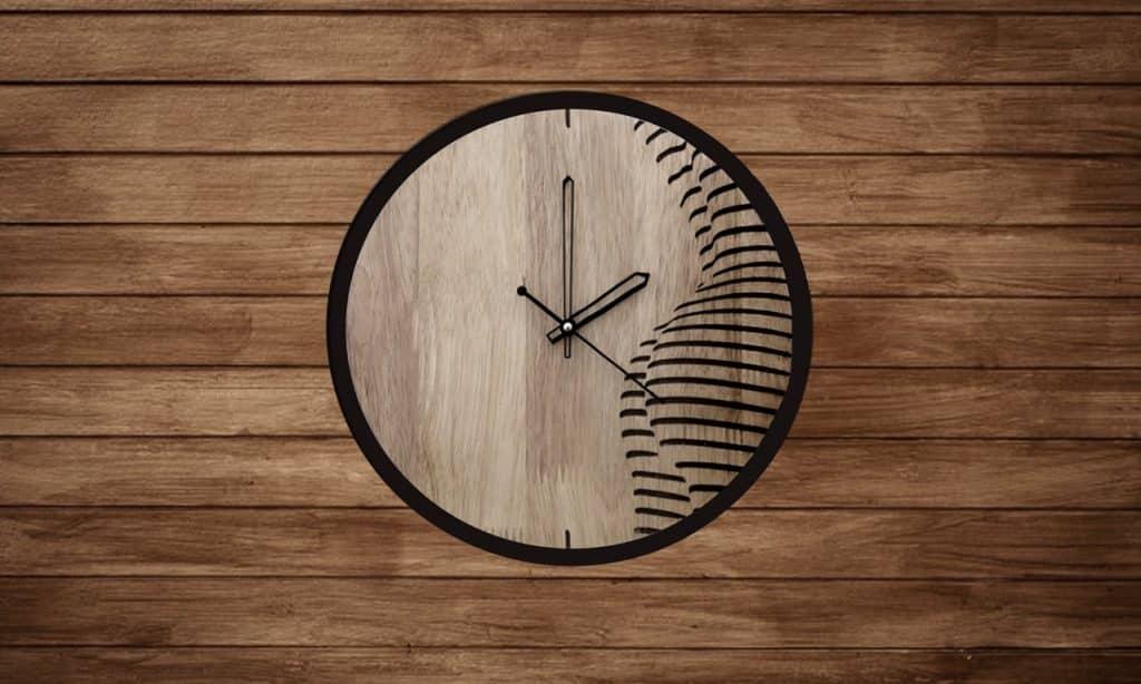 Relógio de madeira em fundo também de madeira.