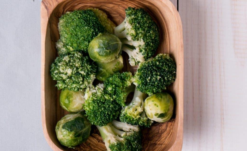 Brócolis em tigela de madeira.