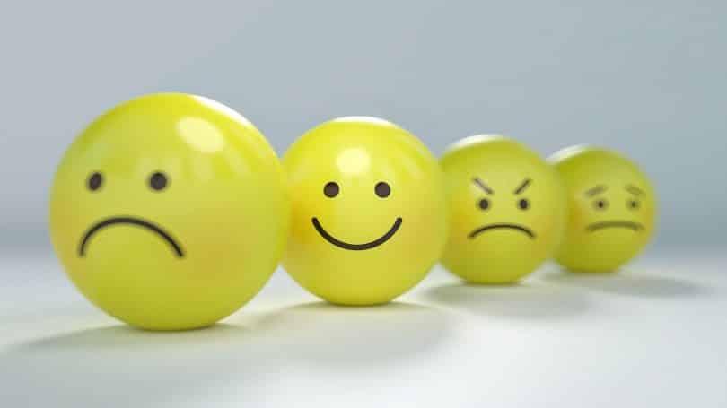 Bolinhas amarelas com bocas e olhos representando emoções