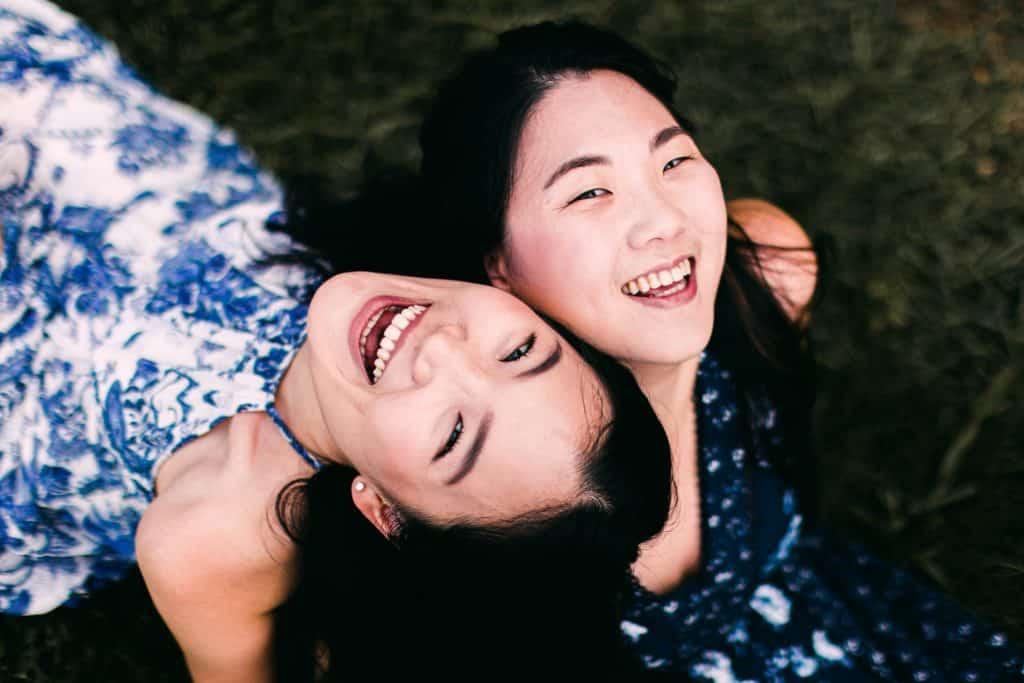 Duas mulheres asiáticas gargalhando.