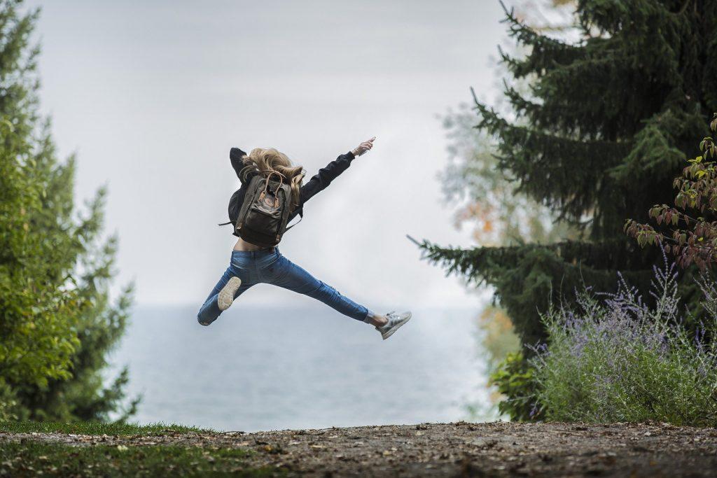 Mulher pulando de alegria