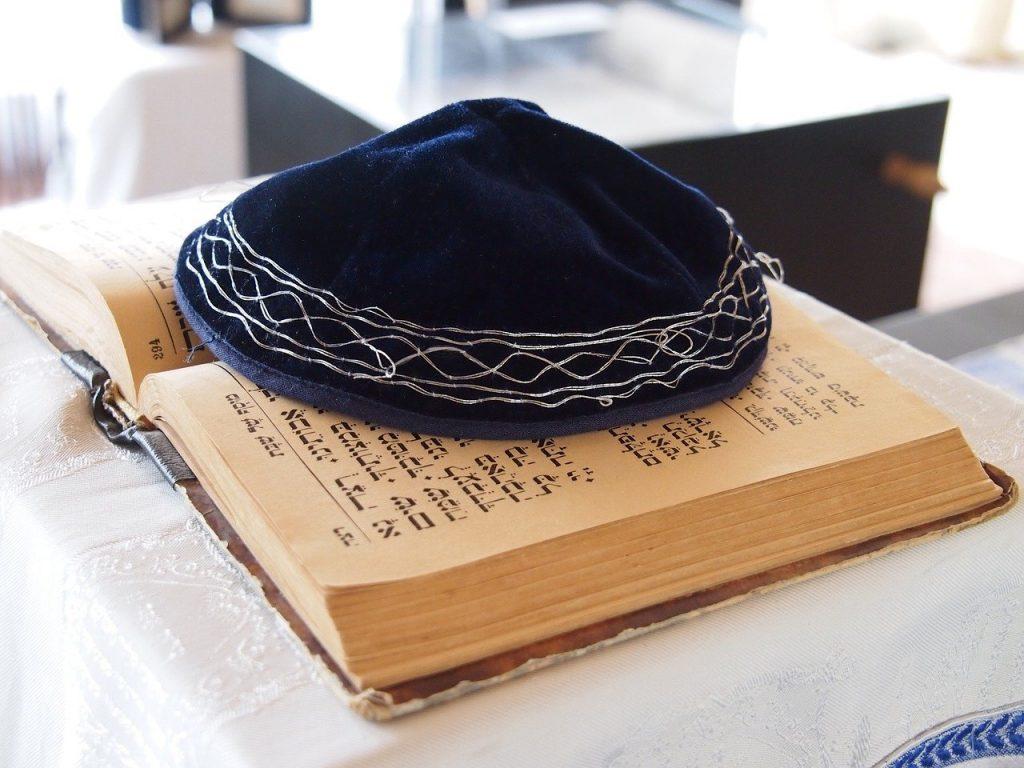 Itens representativos da religião judaica.