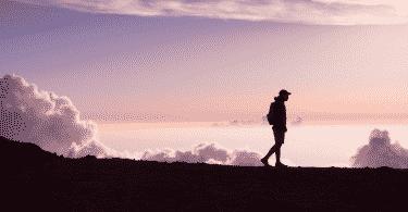 Silhueta de homem caminhando