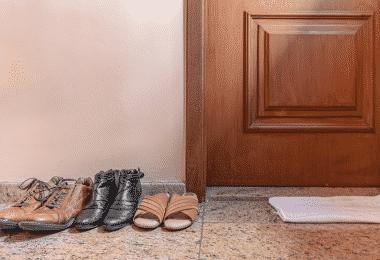 Sapatos na porta da frente fora de casa