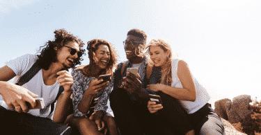 Amigos rindo juntos durante uma viagem