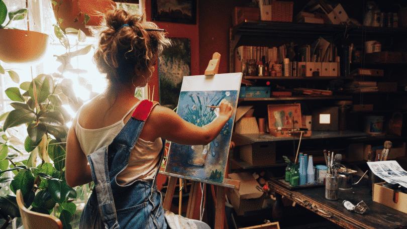 Mulher pintando quadro em sua casa