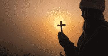 Silhueta de garota segurando crucifixo