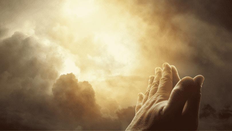 Mãos erguidas para o céu em oração
