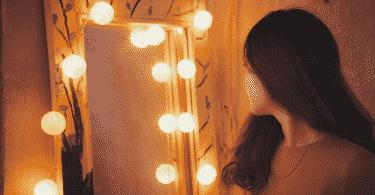 Garota se olhando no espelho