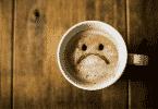 Xícara com café com carinha triste desenhado