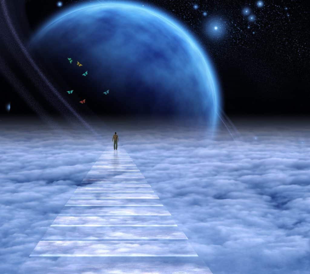 Figura de um homem no espaço sobre nuvens