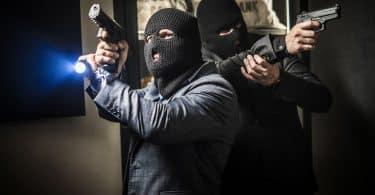 Dois homens armados