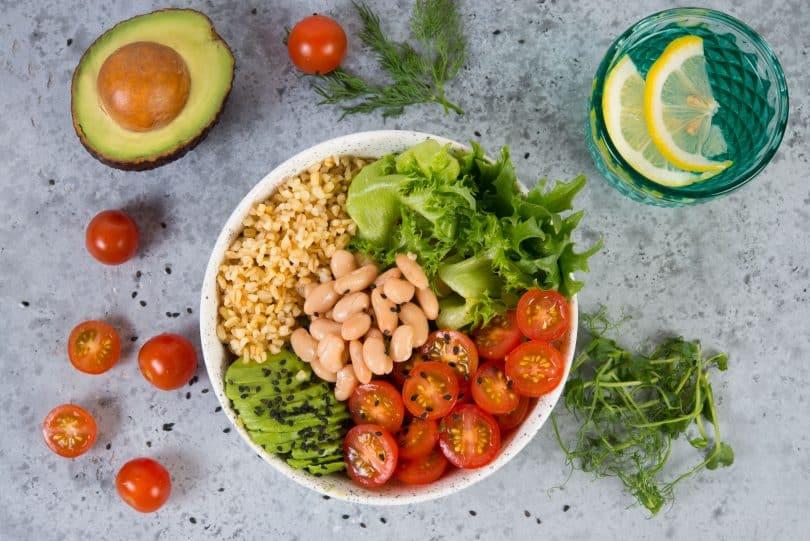Prato com vegetais e grãos.