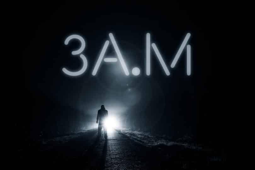Silhueta de um homem em frente a uma luz com o título 3a.m acima