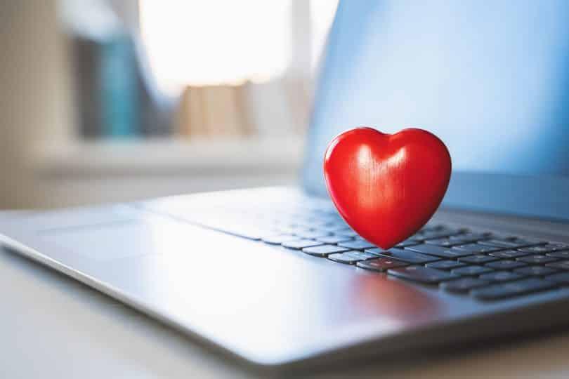 Coração sobre teclado de notebook.