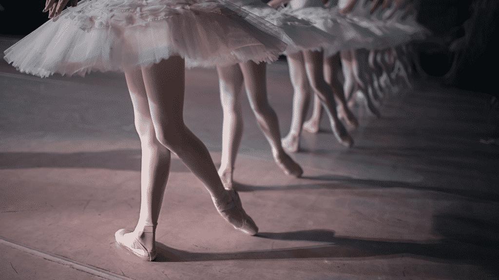 Mulheres dançando balé