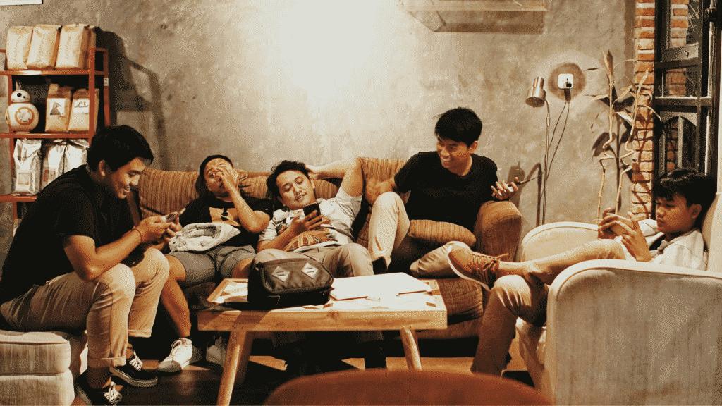 Amigos rindo juntos na sala de estar