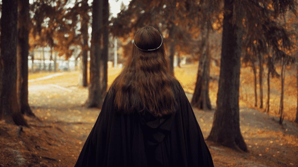 Mulher de costas andando pela floresta