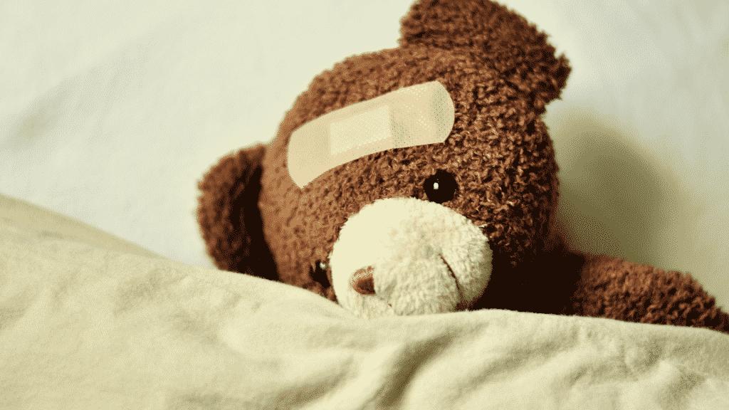 Ursinho de pelúcia com um curativo na testa