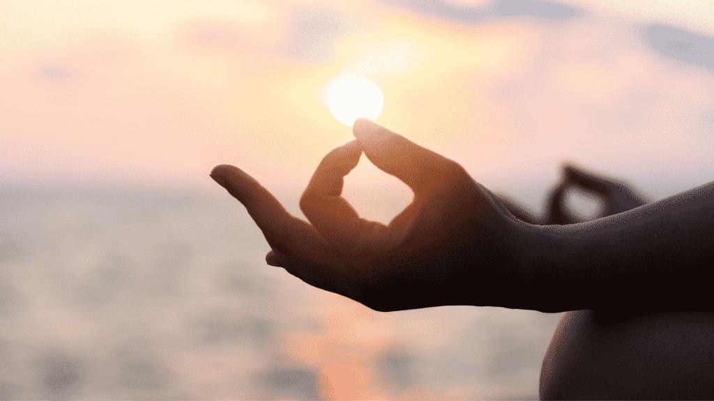 Silhueta de mãos em sinal de meditação