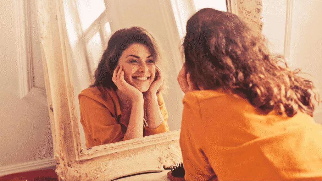 Mulher feliz ao se olhar no espelho