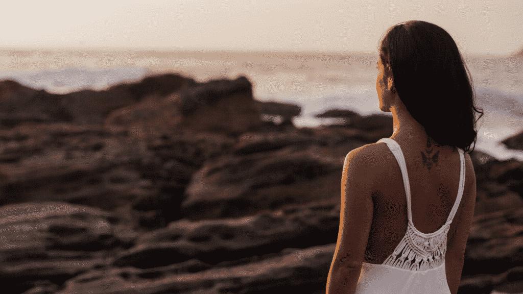 Mulher observando o mar e o horizonte