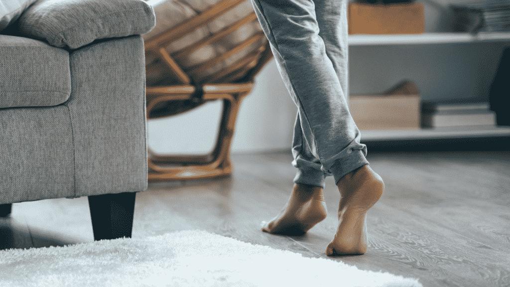 Mulher andando descalça pela casa