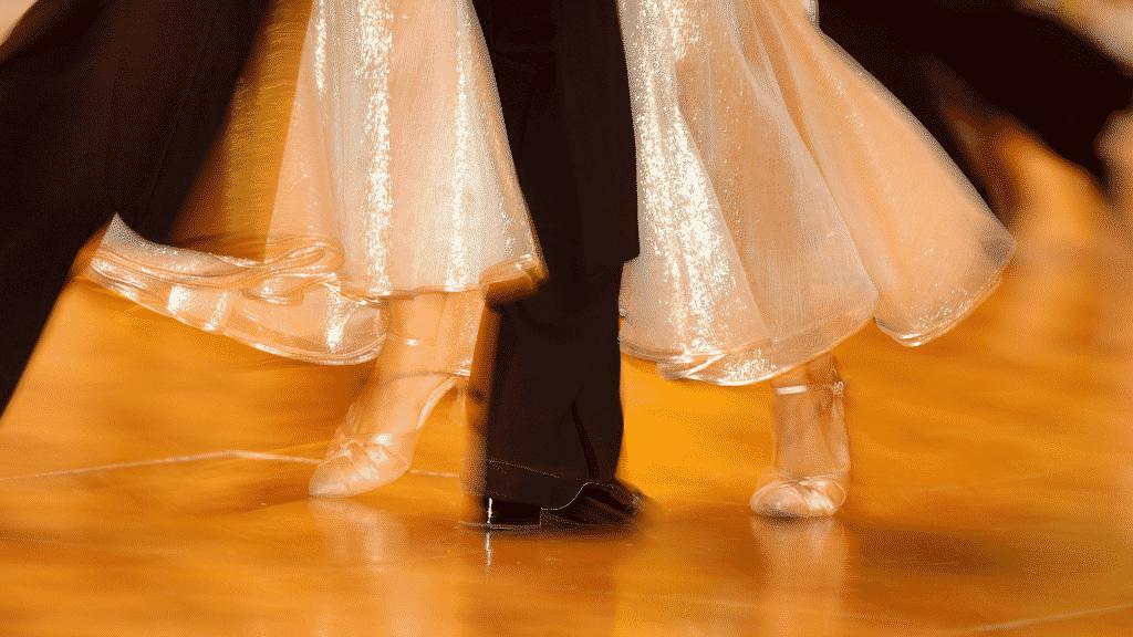 Casal dançando valsa