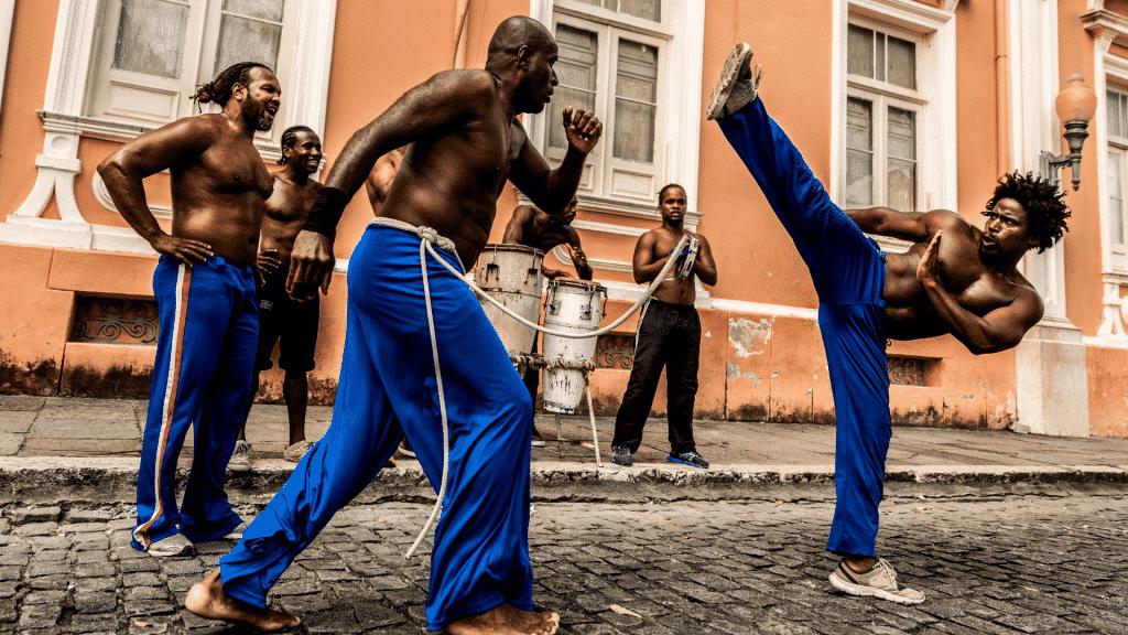 Homens  praticando capoeira
