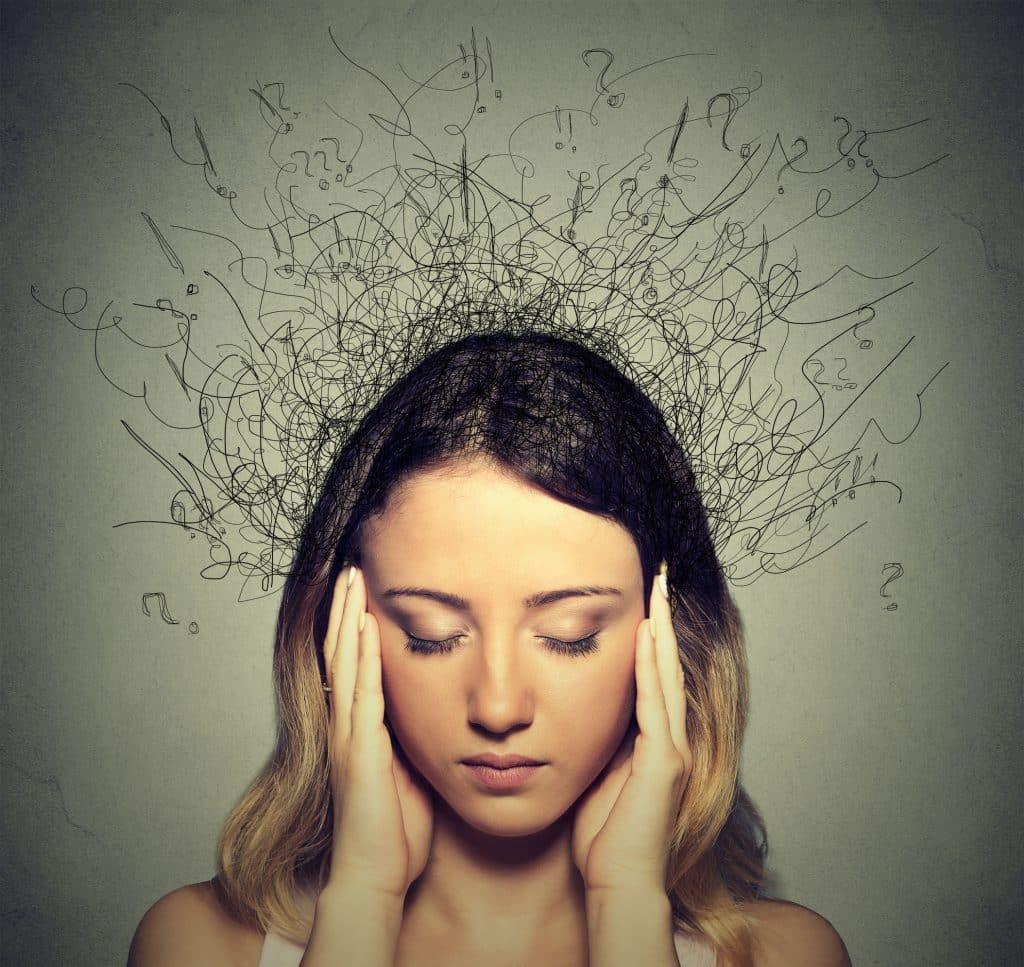 Jovem triste com uma expressão facial preocupada e estressada