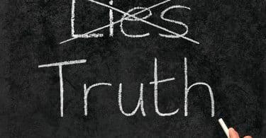 """Quadro negro com as palavras """"lies"""" e """"truth""""."""