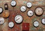 Vários relógios pendurados em uma parede
