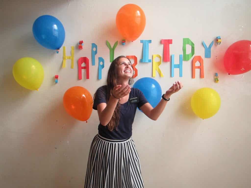 Mulher branca numa festa de aniversário.