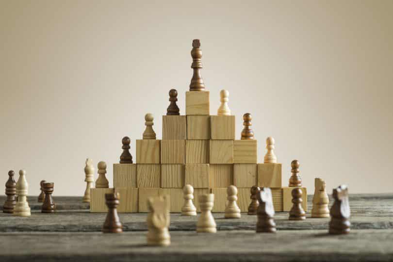 Peças de xadrez em cima de blocos de madeira.