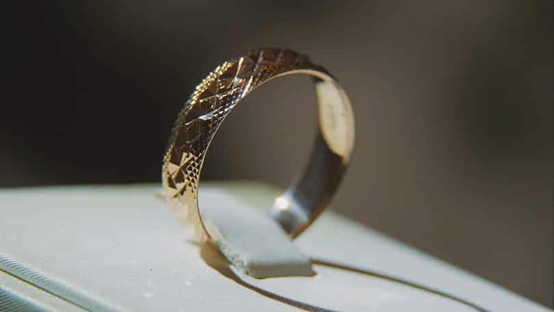 Anel de ouro seguro em uma caixinha de aliança.