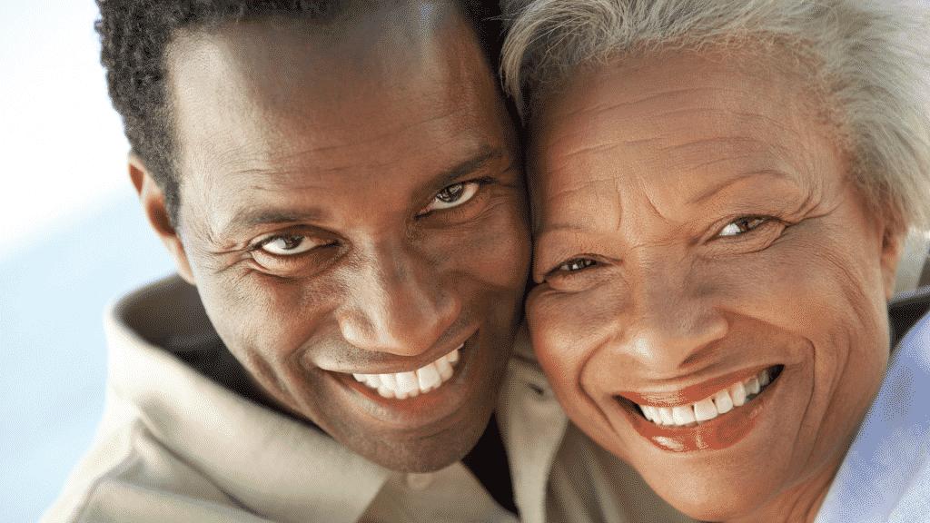 Imagem de mãe e filho sorrindo
