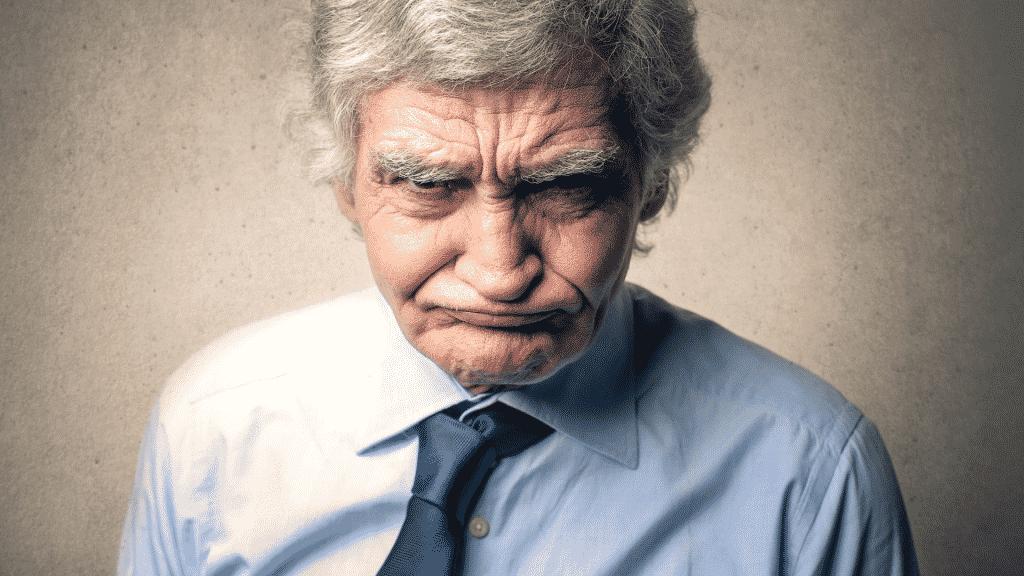 """Imagem de um senhor de idade com a """"cara fechada"""""""