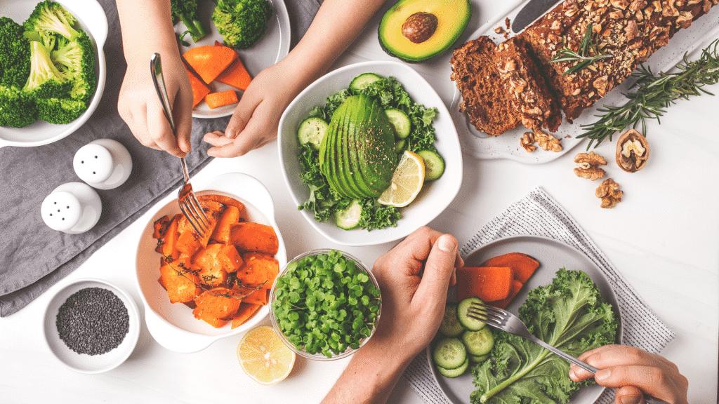Imagem de uma mesa com diversos alimentos saudáveis