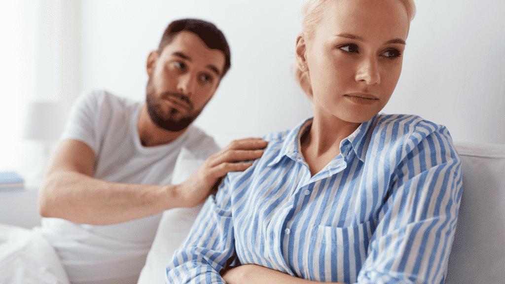 Homem pedindo desculpas para uma mulher