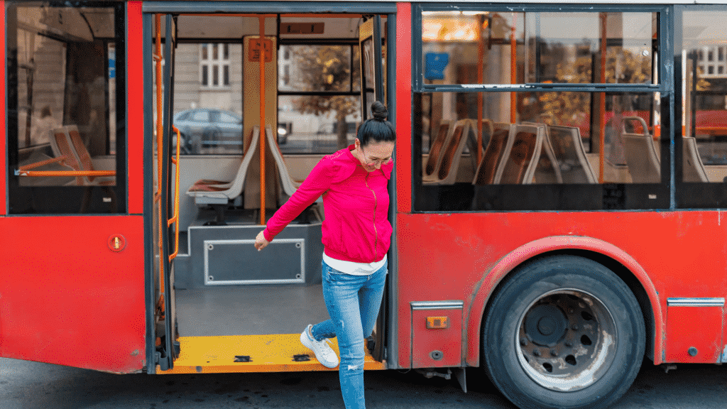 Mulher descendo de um ônibus